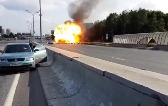 Video: Hàng loạt ô tô đâm nhau, lửa cháy dài trên mặt đường