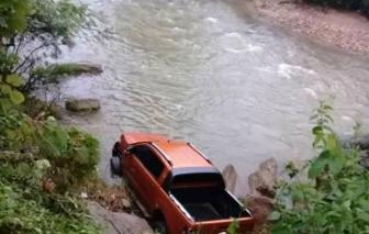 Người đàn ông tử vong cạnh xe bán tải dưới dốc suối