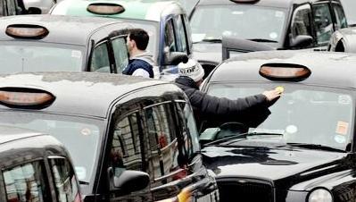 """Để tồn tại, taxi London phải """"hóa thân"""" thành xe điện"""