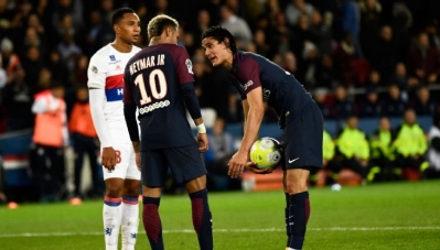 """Neymar nổi điên với Cavani trong phòng thay đồ sau vụ """"đòi đá penalty"""""""
