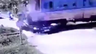 Ô tô thành 'cám' vì cố vượt đường ngang, tài xế tử vong