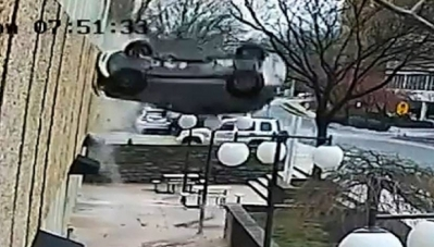 Audi 'hạ cánh tự do' gần 20 m, tài xế may mắn sống sót