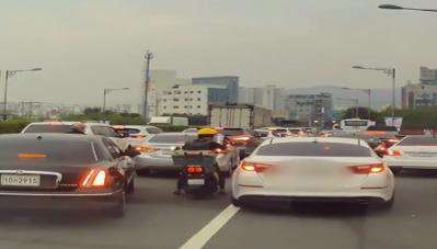 Xe thường dân dẹp đường cho xe ưu tiên