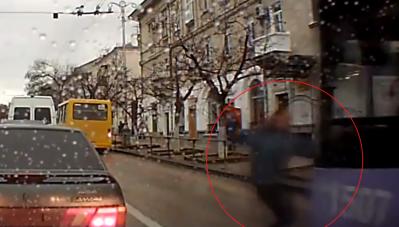 Qua đường thiếu quan sát, người đi bộ bị xe buýt tông trực diện
