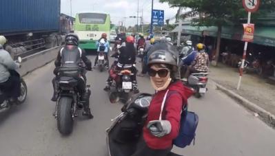 Biker phóng nhanh bị cô gái đi xe Lead mắng thậm tệ