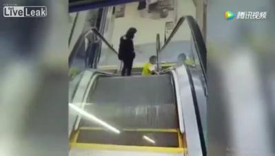 Video: Mẹ lơ là, bé trai bị thang cuốn 'nuốt' cả cánh tay