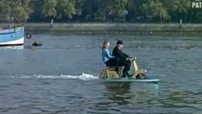 Cận cảnh xe máy đi trên mặt nước như du thuyền