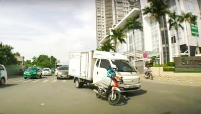 Xe gắn máy tạt đầu xe tải, nữ tài xế may mắn thoát chết