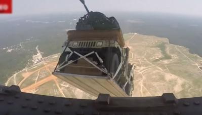 Độc đáo màn nhảy dù từ máy bay của xe quân sự Humvee?