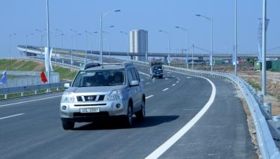 Làm gì khi xe bất ngờ nổ lốp trên cao tốc?