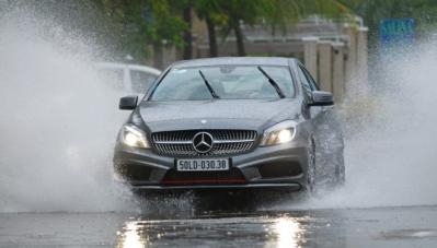 Lái xe trong mưa bão, cần ghi nhớ điều gì?