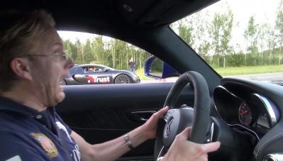 Xem khả năng tăng tốc của Bugatti Veyron trong cuộc đua với Mercedes-AMG
