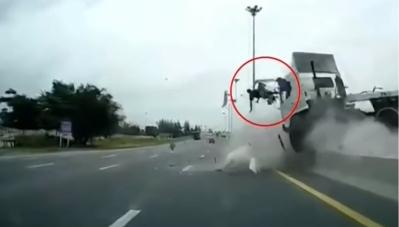 Video: Tài xế bay khỏi cabin, tử nạn do không thắt dây an toàn