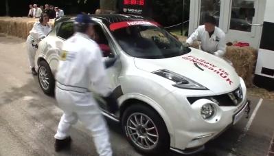 Clip: Kỳ tài lái ô tô leo dốc bằng... 2 bánh
