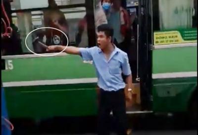 """Tài xế xe buýt cầm búa đòi """"hơn thua"""" với đồng nghiệp giữa đường"""
