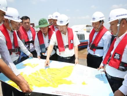 Phó Thủ tướng Trịnh Đình Dũng đi ca nô khảo sát luồng sông Hậu