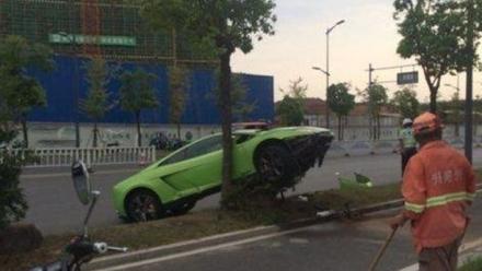 Video: Phóng Lamborghini ra oai với bạn gái gây tai nạn thảm khốc