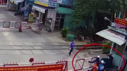 Video: Lái xe máy tự ý mở gác chắn khi tàu đang ập đến
