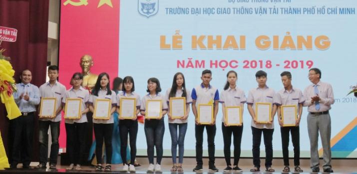 ĐH GTVT TP.HCM trao 44 suất học bổng cho tân sinh viên khó khăn