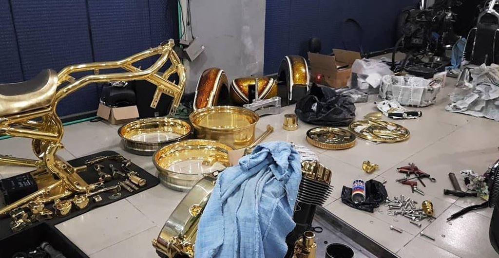 Phúc XO giải thích rằng anh mang mệnh Mộc, theo Ngũ hành tương sinh, Kim sinh Mộc nên anh phải gắn với vàng mới mang lại may mắn, tài lộc.