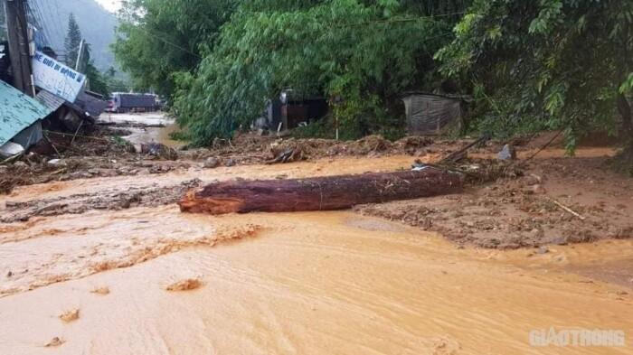 Thiệt hại bão số 9: Ba vụ sạt lở ở Quảng Nam; 18 người ở Huế mất liên lạc