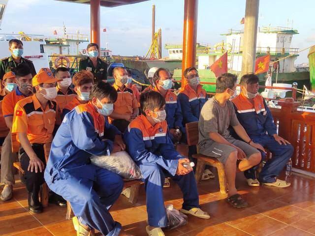 Cứu thành công 6 thuyền viên tàu cá bị chìm trên biển