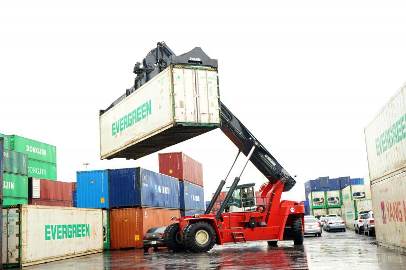 xe nâng container kalmar essential đầu tiên xuất hiện tại việt nam