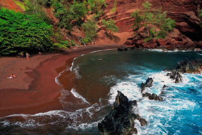 Kaihalulu, Mỹ: Nằm trên hòn đảo Maui ở Hawaii, bãi biển Kaihalulu nổi tiếng với cát màu đen đỏ. Bãi tắm nằm tại một vịnh hẻo lánh được bao quanh bởi những dãy núi cao.