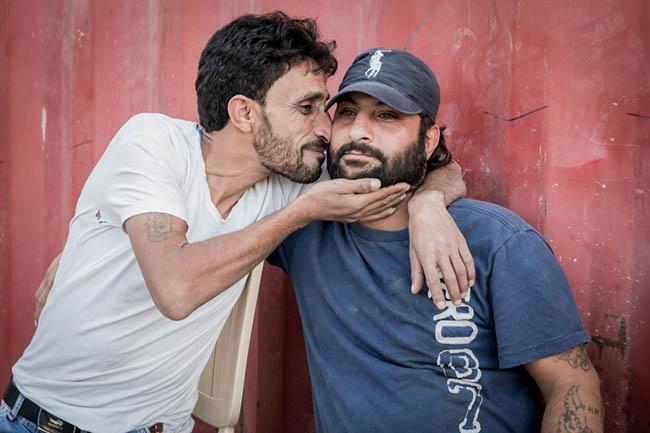 3. Người Hy Lạp thích hôn nhau.  Ở Hy Lạp, người ta hôn 2 lần trên mỗi má. Người Hy Lạp nghĩ rằng đây là cách để cho người khác thấy họ rất thân thiện và tốt bụng.