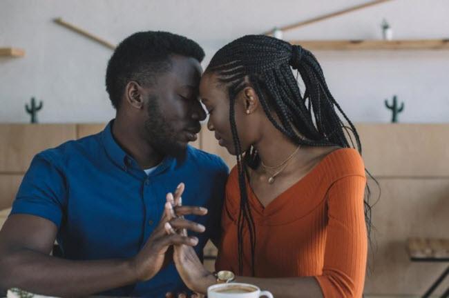 """Ưu tiên """"chuyện ấy"""": Khi bạn kết hôn, """"chuyện ấy"""", có thể không được quan tâm nhiều bằng công việc hay chi tiêu gia đình. Nhưng các chuyên gia về tình dục cho rằng đây là một trong những sai lầm lớn nhất mà các cặp đôi có thể mắc phải. Đời sống tình dục viên mãn giúp các cặp vợ chồng gắn bó với nhau hơn, sống lâu hơn và làm việc hiệu quả hơn."""