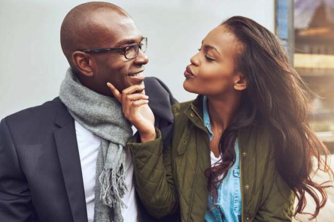 Khen ngợi bạn đời: Không có gì vui hơn cảm giác được yêu và biết rằng bạn đời luôn quan tâm tới mình. Cách tốt nhất để đạt được điều này là thường xuyên dành những lời khen ngợi và động viên cho nhau.