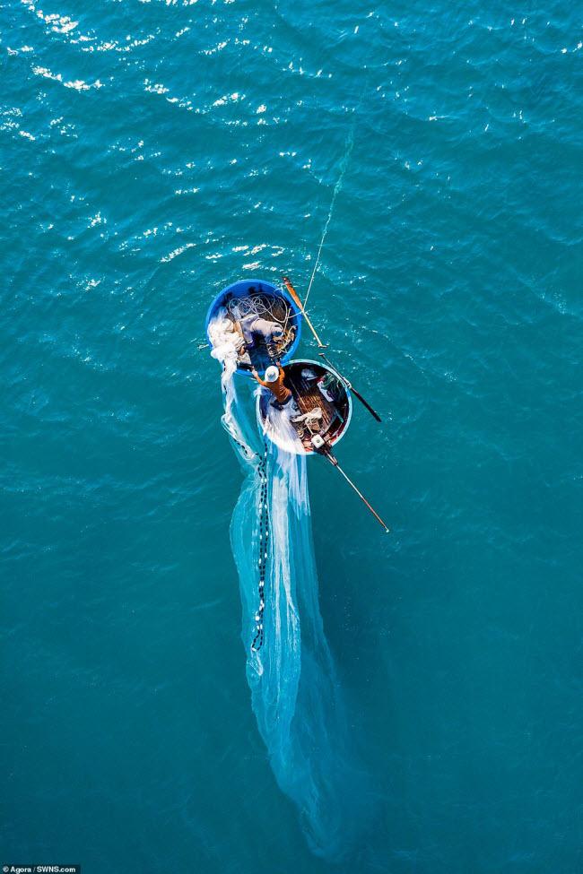 Ngư dân đánh bắt tôm trên biển ở Việt Nam. Đánh bắt hải sản là ngành công nghiệp quan trọng ở Việt Nam và tôm chiếm một tỷ lệ lớn trong tổng sản lượng xuất khẩu.