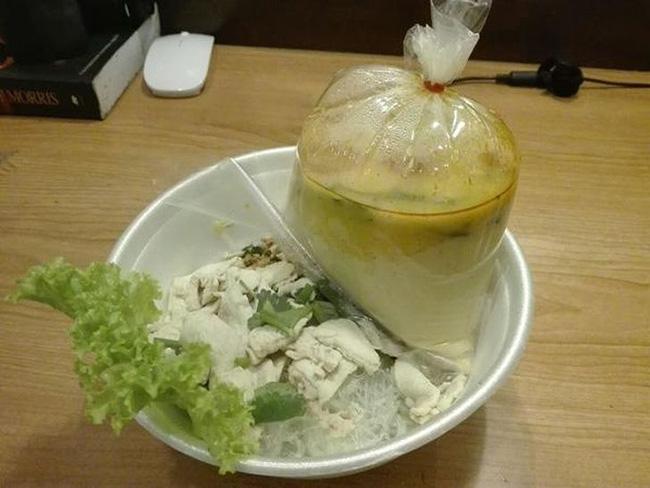 Các mặt hàng thực phẩm trong túi nhựa là một thứ phổ biến mà bạn sẽ thấy ở nhiều nước châu Á.