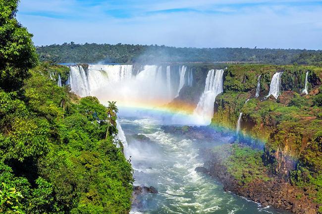 Thác Iguazu, Argentina / Brazil: Thác Iguazu là một chuỗi gồm hàng trăm thác nước riêng lẻ trải dài gần 3km để tạo ra thác nước lớn nhất thế giới ở biên giới giữa Brazil và Argentina trên sông Iguazu.