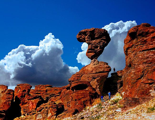 Công viên Balanced Rock, Mỹ: Cao hơn 15m và nặng 40 tấn, tảng đá tạc bằng gió này nằm thăng bằng một cách bấp bênh trên bệ chỉ 1m x 43cm.