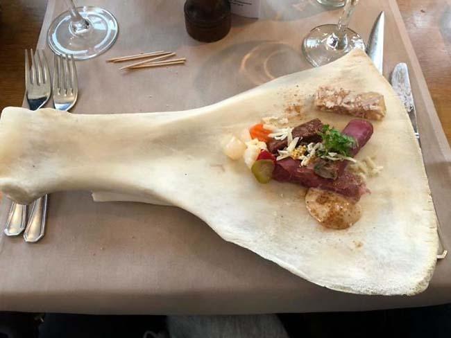 23.Ý tưởng đặt thức ăn trên khúc xương trắng này cũng không tệ.