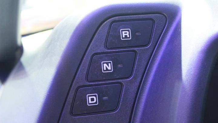 Toyota i-ROAD cũng có các số lùi (R), mo (N) và tiến (D) như một chiếc ô tô thông thường