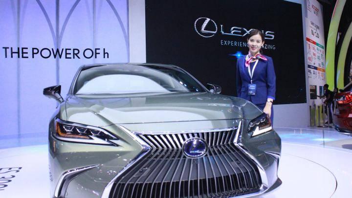 Mẫu sedan hybrid hạng sang cỡ trung Lexus ES300h 2019 mới nhất vừa được Lexus Việt Nam trưng bày tại Triển lãm ô tô Việt Nam 2018 (VMS 2018).