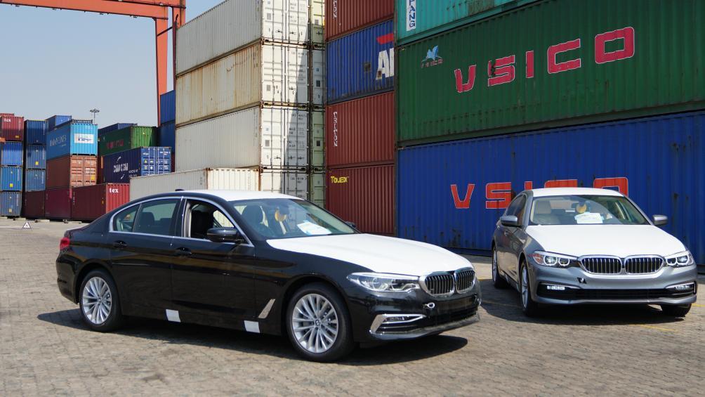 Theo những hình ảnh ghi nhận được tại cảng, lô xe BMW Series 5 thế hệ mới bao gồm 2 mẫu BMW 530i và BMW 520i với các màu nổi bật: Bluestone, Black Sapphire, Alpine White và Imperial Blue.