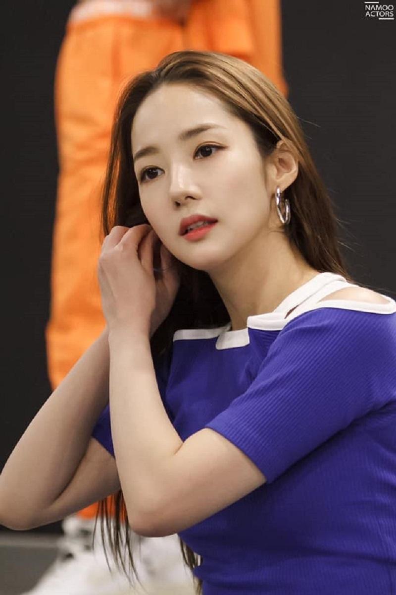 Mới đây, những hình ảnh hậu trường tập luyện của Park Min Young cho buổi fanmeeting của mình được đăng tải khiến người hâm mộ suýt xoa vì vẻ đẹp của mỹ nhân này.