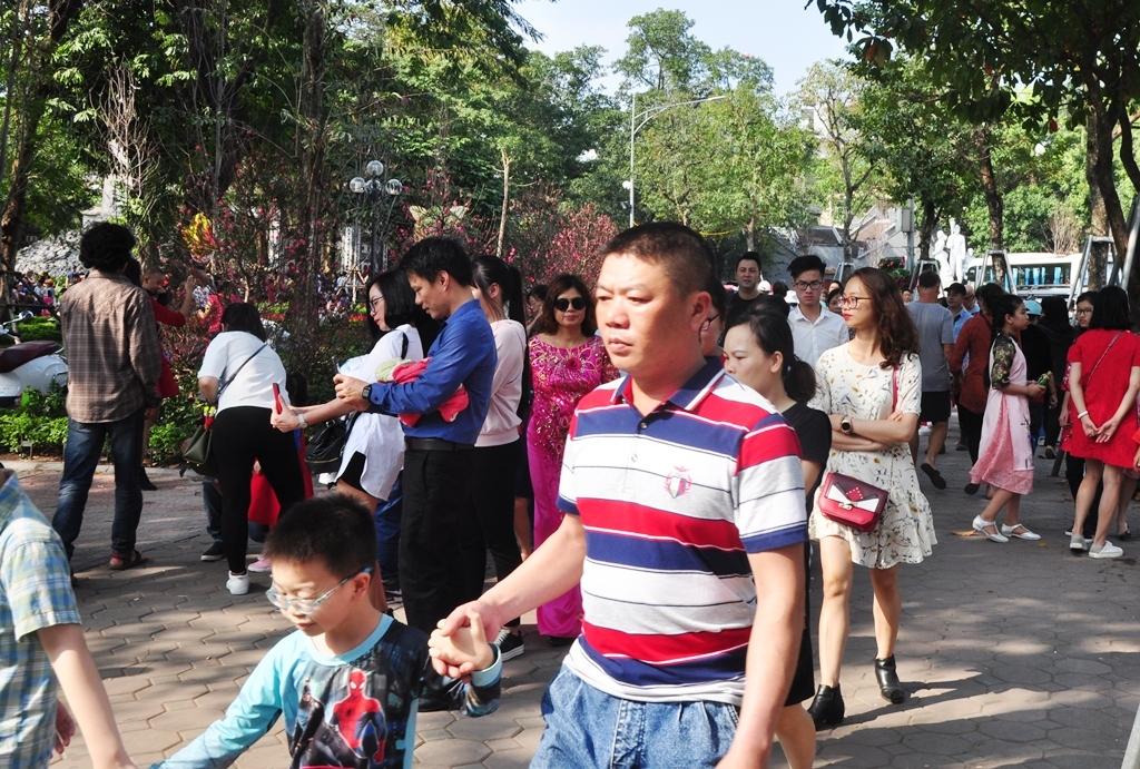 Không chỉ người Hà Nội mà du khách từ tỉnh lẻ cũng đổ dồn về Hồ Hoàn Kiếm tham quan, chụp ảnh kỷ niệm ngày mùng 2 Tết Kỷ Hợi 2019.