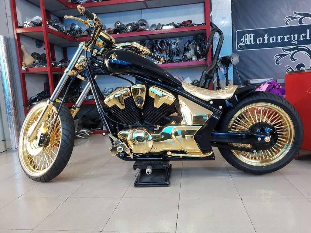 Trong một clip mới đây, Phúc XO cho biết ai tìm được ở Việt Nam có chiếc mô tô bánh lớn, mạ vàng thứ 2 tại Việt Nam, rồi mang tới chỗ anh. Anh sẽ tặng cho người đó cả 3 chiếc mô tô này.