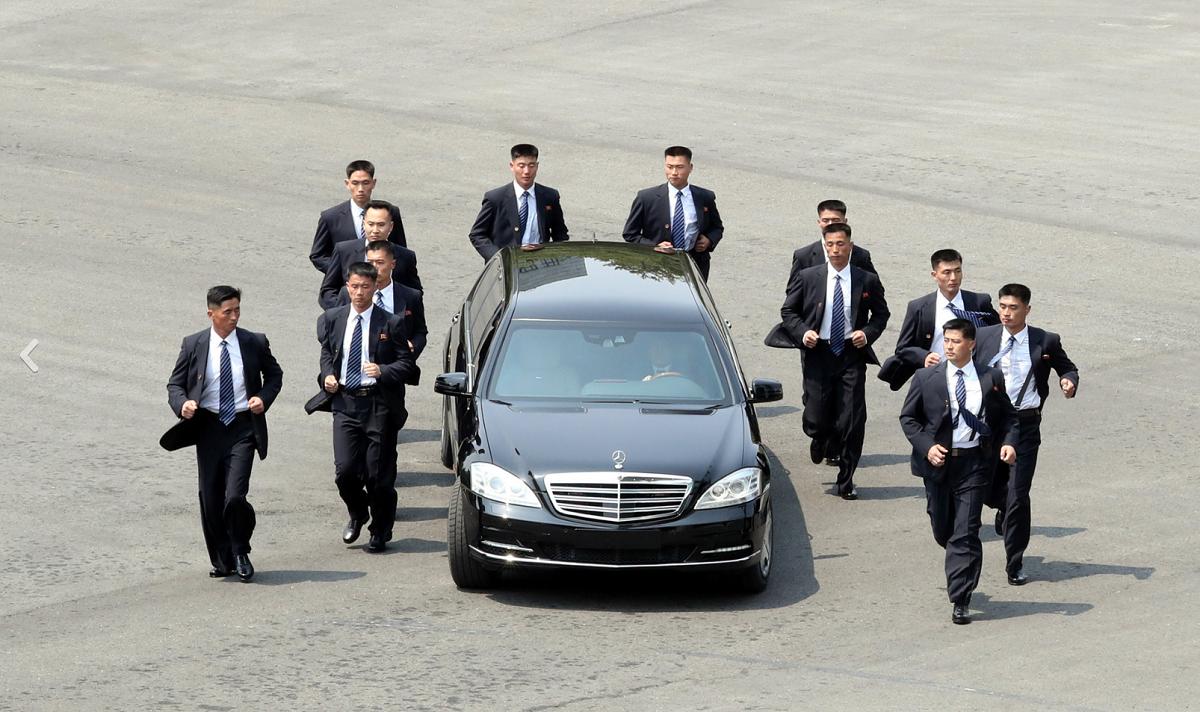 12 vệ sĩ chạy bộ xung quanh hộ tống chiếc Mercedes-Benz S600 chở nhà lãnh đạo Triều Tiên Kim Jong-un là một trong những hình ảnh đáng chú ý