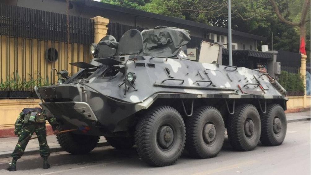 Sáng 26/2, 4 chiếc xe bọc thép BTR-60PB nằm xếp hàng trên đường Phạm Ngũ Lão - Tràng Tiền (Hà Nội). Nơi này cách khách sạn Melia, nơi Chủ tịch Triều Tiên, ông Kim Jong-un ở khoảng 1,5 km.