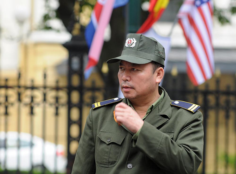 Anh Đỗ Văn Tuấn, thuộc lực lượng dân phòng phường Tràng Tiền hỗ trợ bảo đảm giao thông quanh khu vực Nhà Hát Lớn