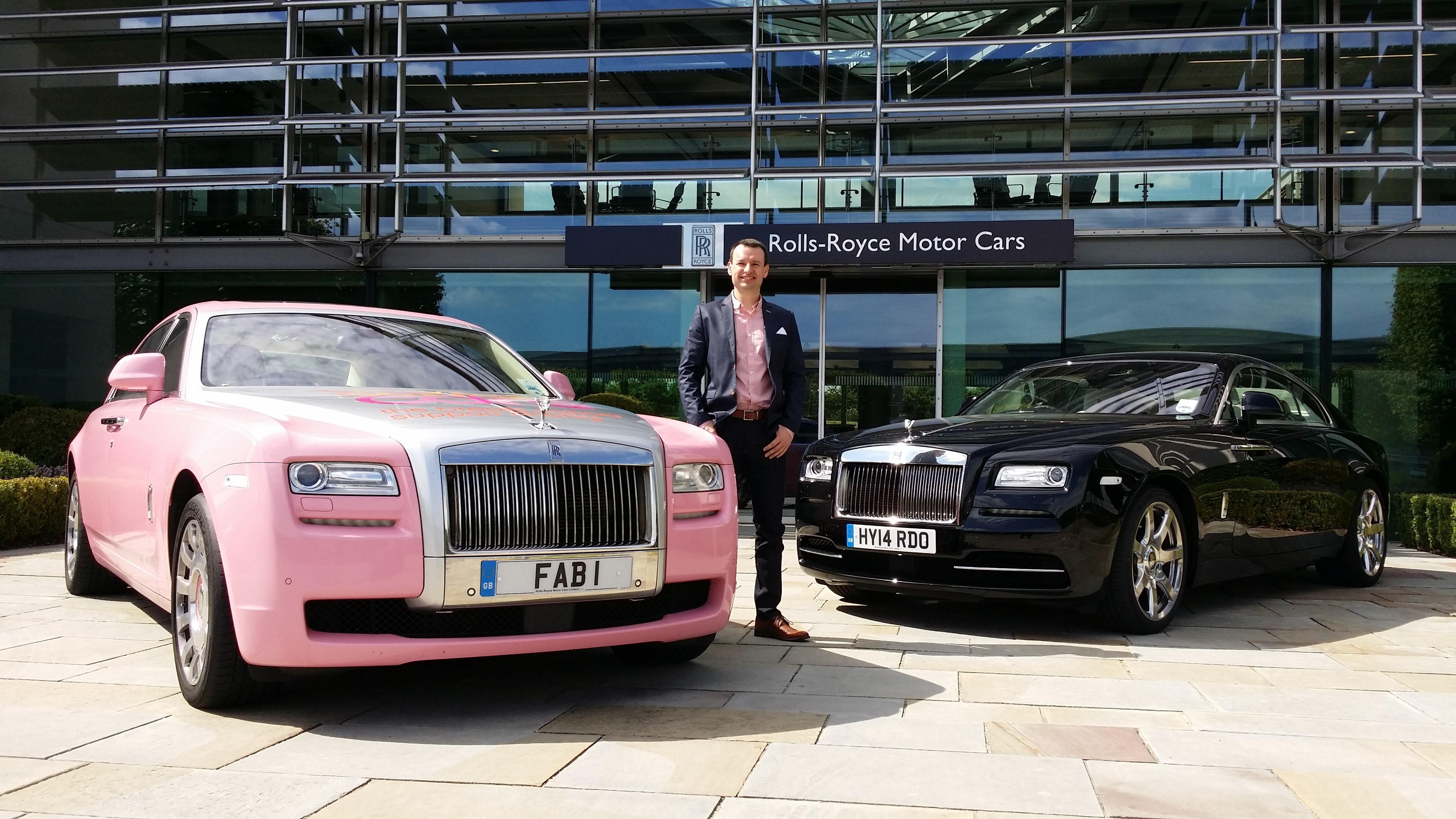 Rolls-Royce Ghost FAB 1 có ngoại thất màu hồng được trang trí với dải băng Chăm sóc ung thư vú, bên trong trang trí màu hồng và màu kem, ô màu hồng được lưu trữ trong chắn bùn và biển số 1 FAB huyền thoại.