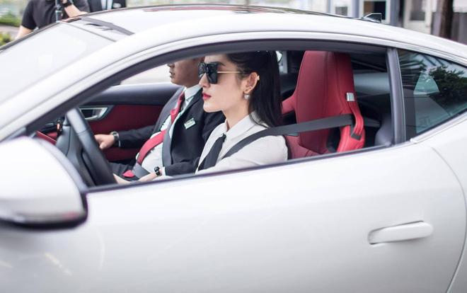 Về chiếc Jaguar F-Type Coupe, đây là mẫu xe 2 cửa hiệu suất cao của Jaguar, động cơ là loại V6 3.0L, cho công suất 380 mã lực và mô-men xoắn 460 Nm