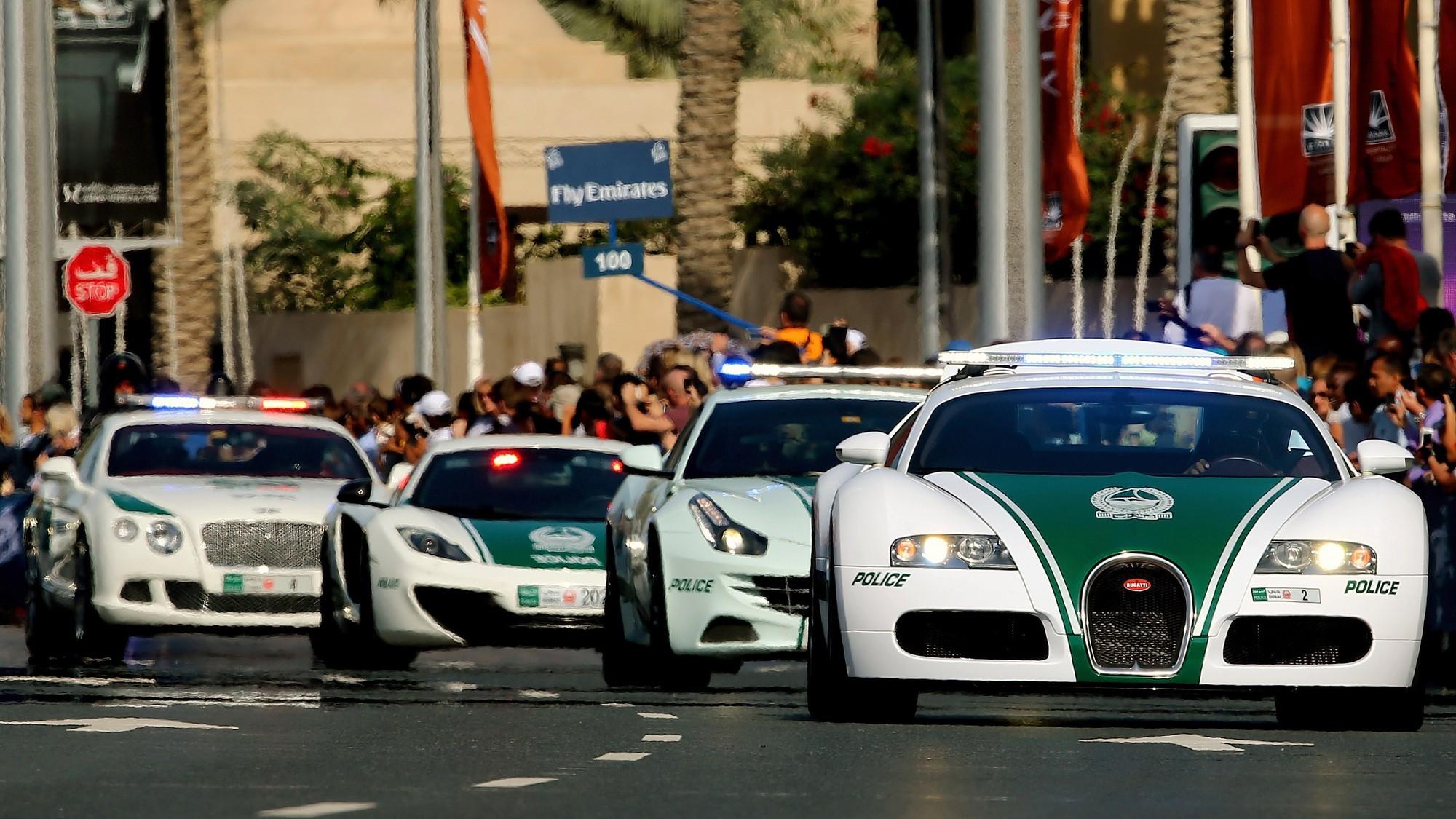 Bugatti Veyron thậm chí được trang bị cho lực lượng chức năng của Dubai và ghi dấu ấn là mẫu xe cảnh sát nhanh nhất thế giới năm 2017
