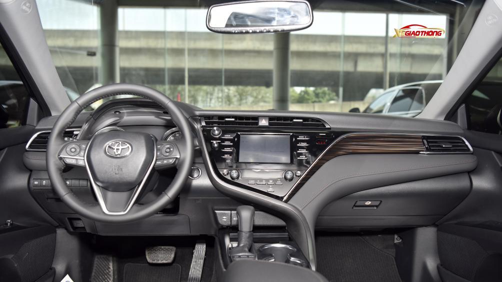 Bảng điều khiển trung tâm có màn hình cảm ứng lớn và các chi tiết ốp gỗ