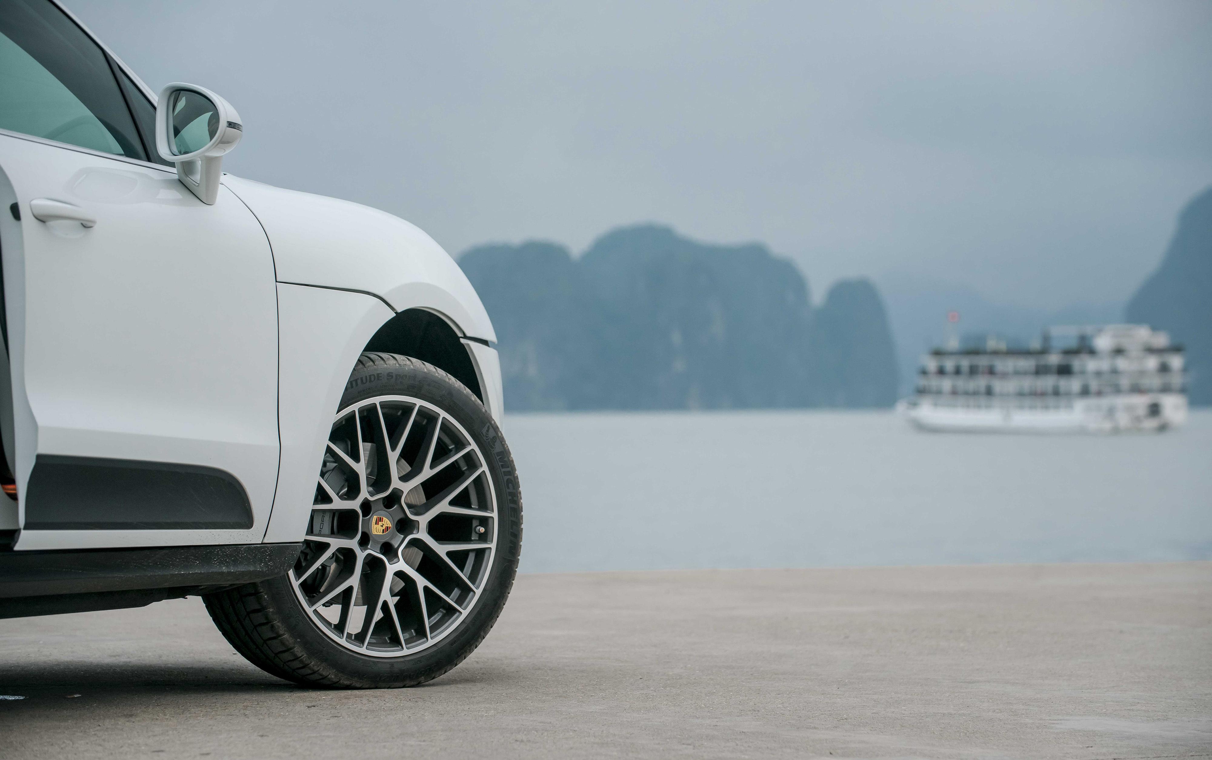 Xe được trang bị bộ mâm 21 inch kiểu RS Spyder. Đây là tuỳ chọn thêm với giá hơn 250 triệu đồng